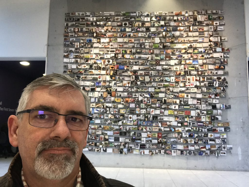 Selfi in front of photos representing letters starting with the letter C